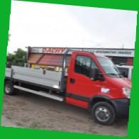 Samochód dostawczy Iveco dedykowany do przewozu długich blach